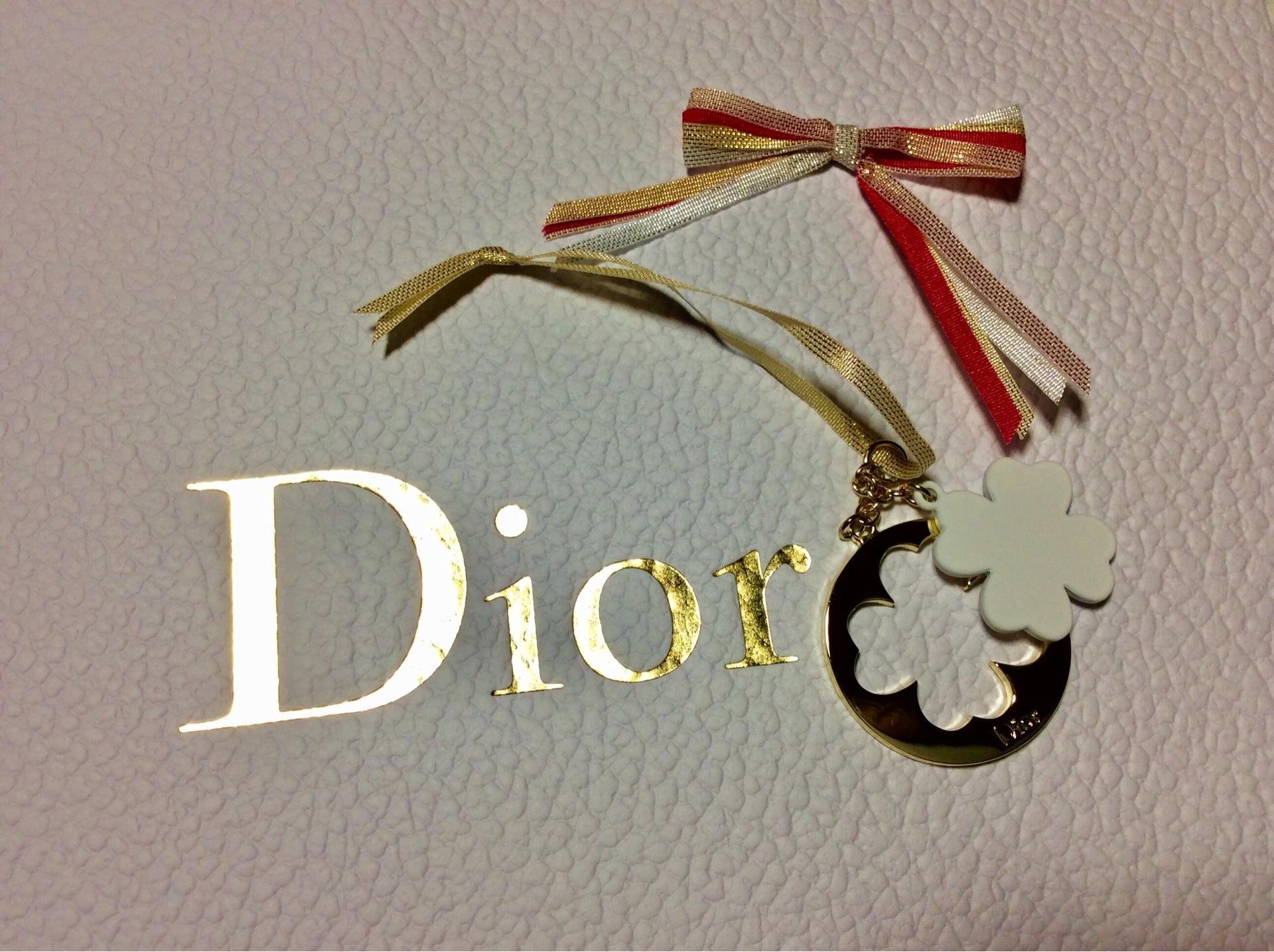 ホリデーシーズンは、Diorのラッピングもクリスマス仕様